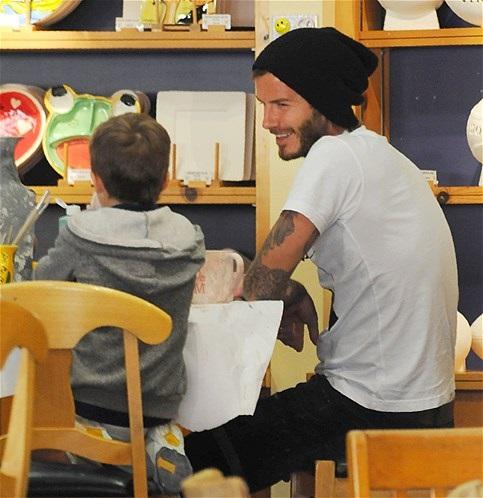 DAVID BECKHAM 5 - en taller de pintura escolar con su hijo